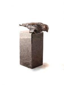 mini-urn vogeltje op sokkel